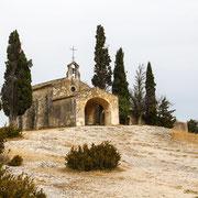 Kapelle mit Zypressen in der Provence