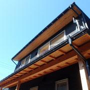 南側に日射遮蔽&物干用のテラス