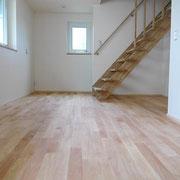 2階ホールとロフトへの階段