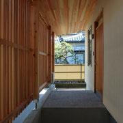 杉の縦格子と杉の軒天井