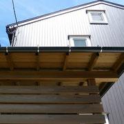 ガルバリウム鋼板外壁と木板を使った玄関廻り