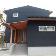 外壁:ガルバリウム鋼板 屋根:ガルバリウム鋼板 サッシ:樹脂トリプルガラス