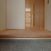 外部と合わせて制作した杉縦格子の建具