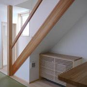 リビング階段の下に配した組込エアコン