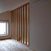 2階ホールとつながるロフト収納の手摺