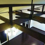 開放的な勾配天井と現しの梁