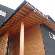 外壁一部:杉板よろい張り 軒天:杉板