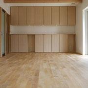 造り付けの家具と無垢フローリング
