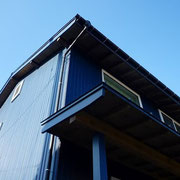 ガルバリウム鋼板外壁と南面の日射遮蔽用の大きな庇