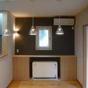 蓄熱暖房と施主塗装のパイン無垢フローリング