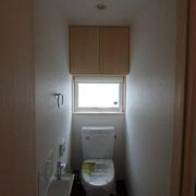 シンプルな収納付きトイレ