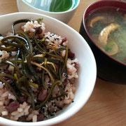 玄米のお赤飯に、昆布の煮しめをのせて