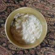 Luxusgut wie Milchreis gibt es nicht – für den Reispudding wird also normaler Reis mit Milch weichgekocht und mit Kardamom, Zimt, Bockshornklee, Nelken und Zucker vermengt.