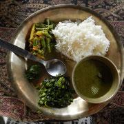 Mein erstes selbstgekochtes Dal Bhat: Reis (Bhat), Soße aus roten und schwarzen Linsen (Dal), Kartoffel-Bohnen-Gemüse (Tarkari), Spinat (Sabji), Pickle (Achar)