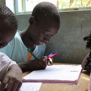 Ein Junge in der Schule. Seit drei Jahren unterstützen wir arme Familien damit sie ihre Kinder in die Schule schicken können!