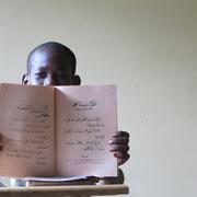 Um später richtig beten zu können, muss man auch die arabische Schrift lesen können. Das Verstehen ist hierbei zweitrangig.