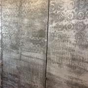particolare di ante con decorazione a rilievo in micro cemento con laminazione in alluminio brunito