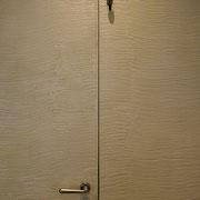 rivestimento della superficie di un portoncino d'ingresso.Firenze