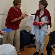 Ursula Nakamura dankt Irmelin Schmidt