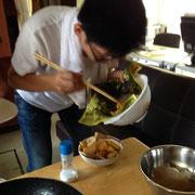 揚げたジャガイモを盛りつけています