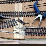 Die Schienenverbinder werden behutsam entfernt