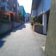 ゆるやかな坂道を上って左へ。