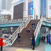 1. JR五反田駅東口を出て右手に見える歩道橋を渡る