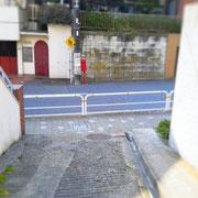 下り切ったら突き当りを左へ。