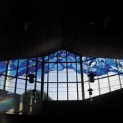 聖母マリア様をイメージしてデザインされたステンドグラス。やわらかな自然の光がさしこみます。