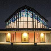 夜、灯りがともった聖堂の外観