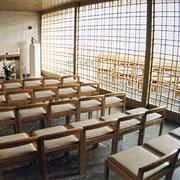 聖堂の隣にある小聖堂に聖櫃が置かれています。主日のミサでは間仕切りを開放して使用されます。
