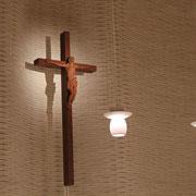 聖堂正面に立つ十字架