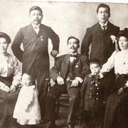 中央にいるのがスティーブさんのおじいさんの茂三郎さん。