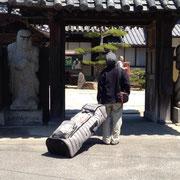 西方寺さんの前で足を揃えたスティーブさん。