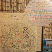 津田小学校と提灯ぐるぐるアート
