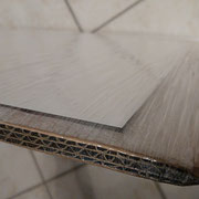 Il fotoquadro nell'imballo interno in pellicola in PVC, con la faccia stampata verso il cartone resistente da cui era isolata con un altro strato protettivo