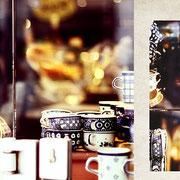 グラーツ「旧市街のコーヒーショップ」北欧の食器を扱うコーヒーショップは、オープンサンドが有名で朝から満員だった。私は外からその様子を眺めていた。ここの陶器のレモン絞りが欲しかったのに、半年待ちと言われてしまった。