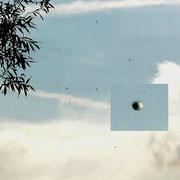Immer wieder sah ich schwebende Kugeln. Allein oder mit Zeugen. Die Struktur wirkt wie ein geschliffener Diamant.  Auch diese Kugeln-Aufnahmen wurden untersucht und bestätigt als nichts Erklärliches!