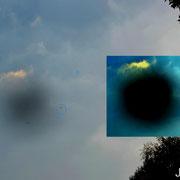 Teilweise sah ich wie sich schwarze Kreise am Himmel bildeten und daraus kamen Objekte!