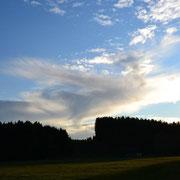 Eine von vielen Aufnahmen mit Wolkenformationen. In dem Wolkenbildnis in der Art von Horus, ein Objekt. Siehe Kreis.