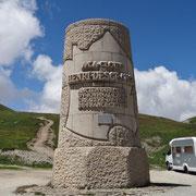 27.07.2014 Denkmal für Gründer der Tour de France auf der Abfahrt vom Galibier