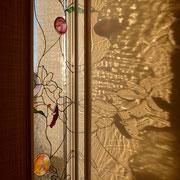 西日が射して廊下に綺麗な模様が映し出されました。