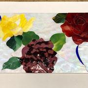 バックの白は表面に玉虫処理した虹色っぽいガラスを使い、薔薇を引き立たせています。