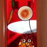 バックは強烈な赤ですがアンティークガラスのおかげで上品な仕上がりです。