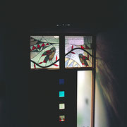 ドアにも色ガラスを4枚入れてみました。