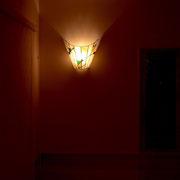 階段の下段、中段、上段にそれぞれパネルとコーディネイトされた壁掛けランプを設置しました。