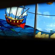 海の盛り上がりを上昇する帆船が迫力を見せています。