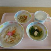この日の行事食はちらし寿司と菜の花のお吸い物♡