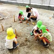 ロープをぐるぐる巻いて次の竹へ巻き付けるのも楽しそうな4歳児さん。