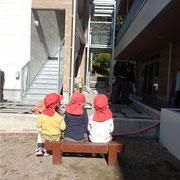 工事期間中子どもたちは大工さんの様子をこうやって見学し、園庭の色んな場所をトンテンカンと叩いて回っていましたよ。